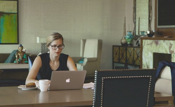 Praca-dom-laptop